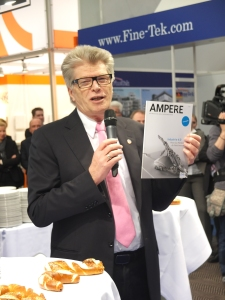 So sehen glückliche Leser aus: ZVEI-Präsident Friedhelm Loh mit dem Magazin Ampere